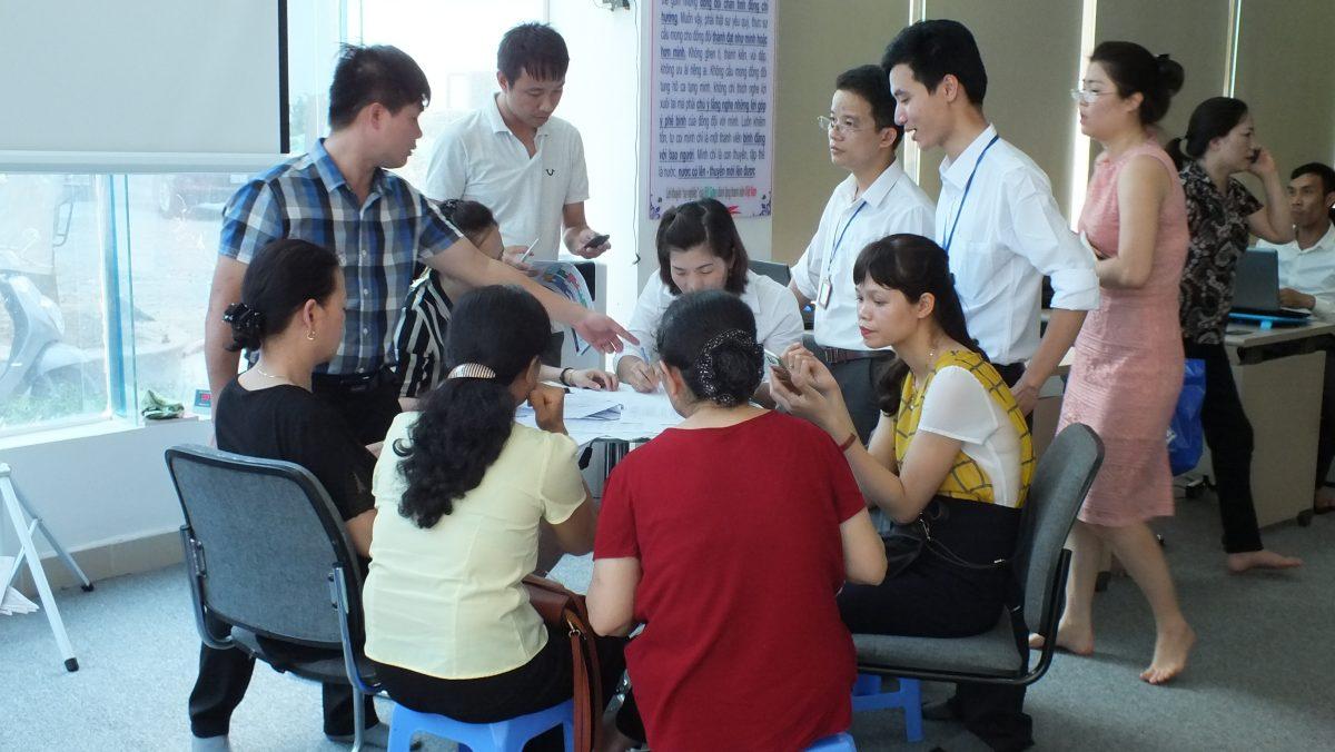 Khác hàng tới làm thủ tục đặt mua căn hộ tại văn phòng Bắc Ninh Land