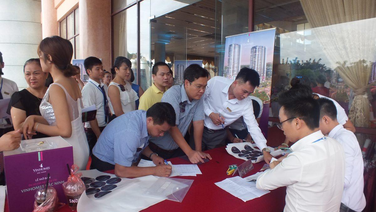 Khách hàng đăng ký phiếu bốc thăm trúng thưởng tại lễ mở bán Vinhomes Bắc Ninh