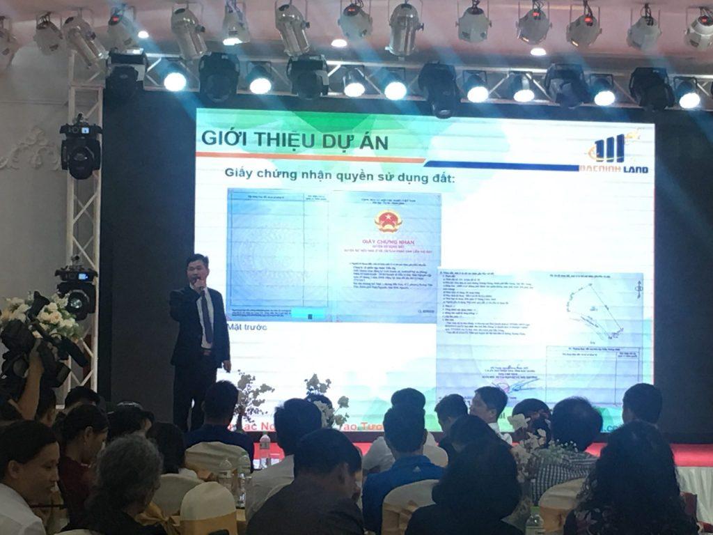 Ông Ngô Văn Hải - Phó giám đốc Công ty Cổ phần Đầu tư kinh doanh BĐS Bắc Ninh thuyết trình về dự án Green City cũng như cơ hội phát triển của BĐS Bắc Giang trong thời gian sắp tới