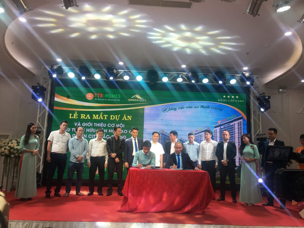 Ông Diêm Anh Tú - Chủ tịch HĐQT Công ty CP Đầu tư kinh doanh BĐS Bắc Ninh ký kết hợp tác phân phối dự án Chung cư Green City