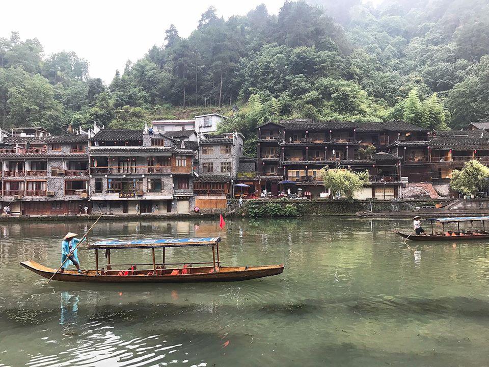 Du khách đến với Phượng Hoàng cổ trấn sẽ có cơ hội được chèo thuyền tham quan cuộc sống của nhân dân hai bên bờ sông
