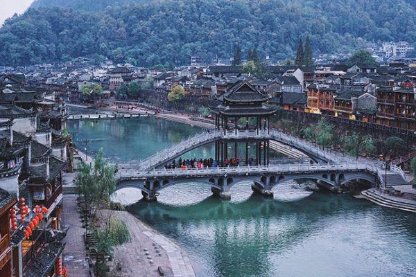 Phượng Hoàng cổ trấn có lối kiến trúc Điếu cước lâu độc đáo làm say lòng khách du lịch đến với nơi đây