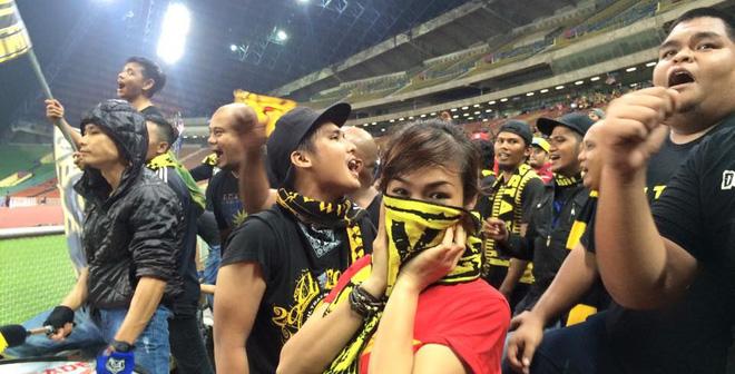 Một bóng hồng Việt Nam bị quây kín bở cái Ultras Malaysia