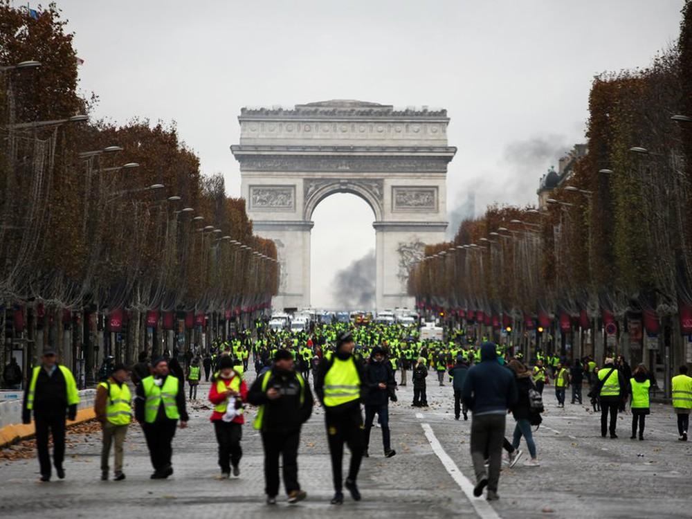 """Phong trào """" áo vàng """" nổ ra tại Pháp, cũng báo động khủng hoảng của các nước trong khối ( EU )"""