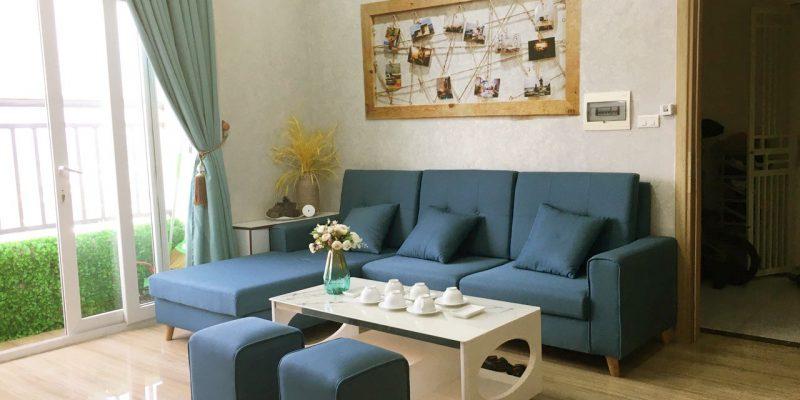 Phòng khách được thiết kế với tông màu hài hòa, dễ chịu